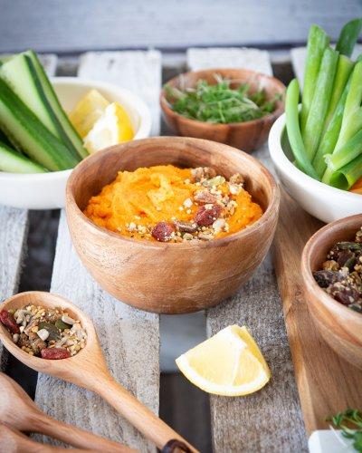Karottenhummus mit Salzgranola